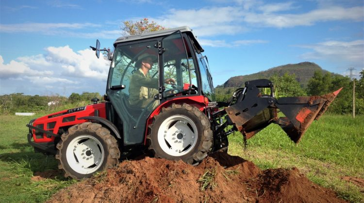 AGT traktor med 4-i-1 skuff